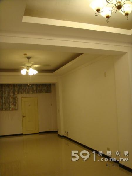餐厅天花造型及客厅   客厅沙发位置及大门入口